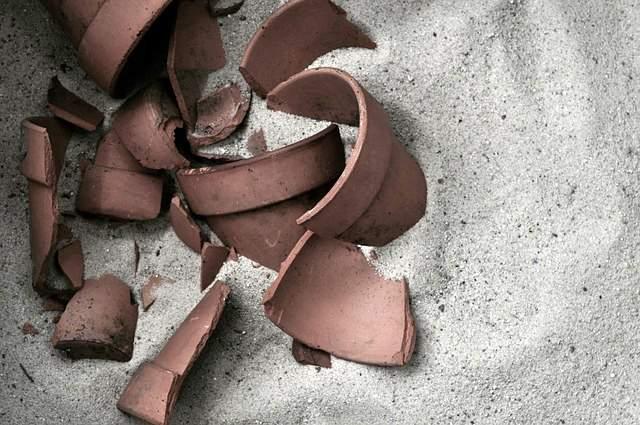 Vaso in ceramica rotto