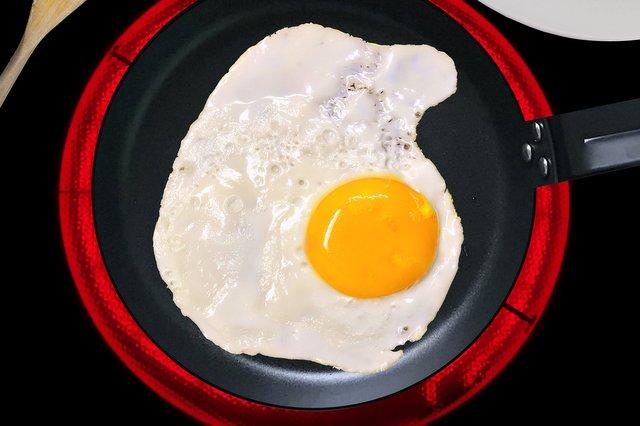 Cucinare uovo su piano cottura a induzione